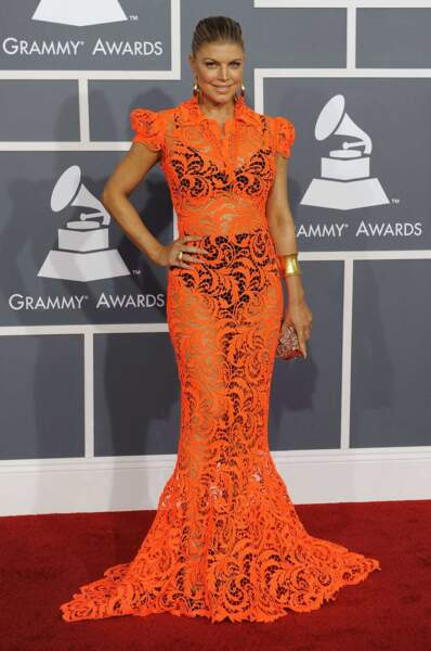 Même cérémonie mais l'année suivante, Fergie des Black Eyed Peas a opté pour une robe orange tout en transparence