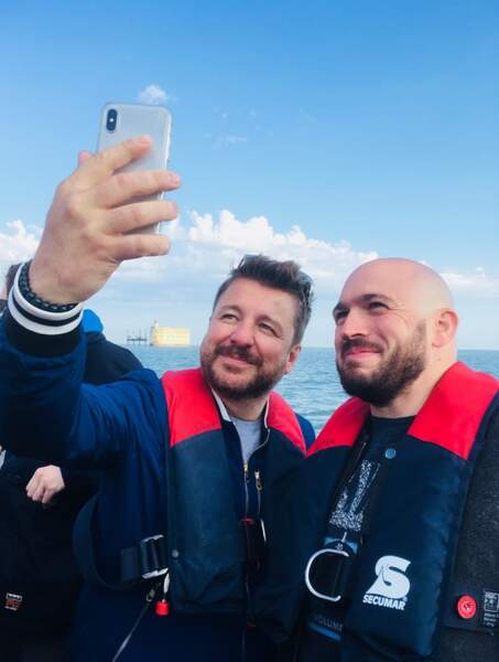 Willy Rovelli photographie Grégory Vacher et Bruno Guillon tout sourire sur le bateau avant d'arriver sur le Fort