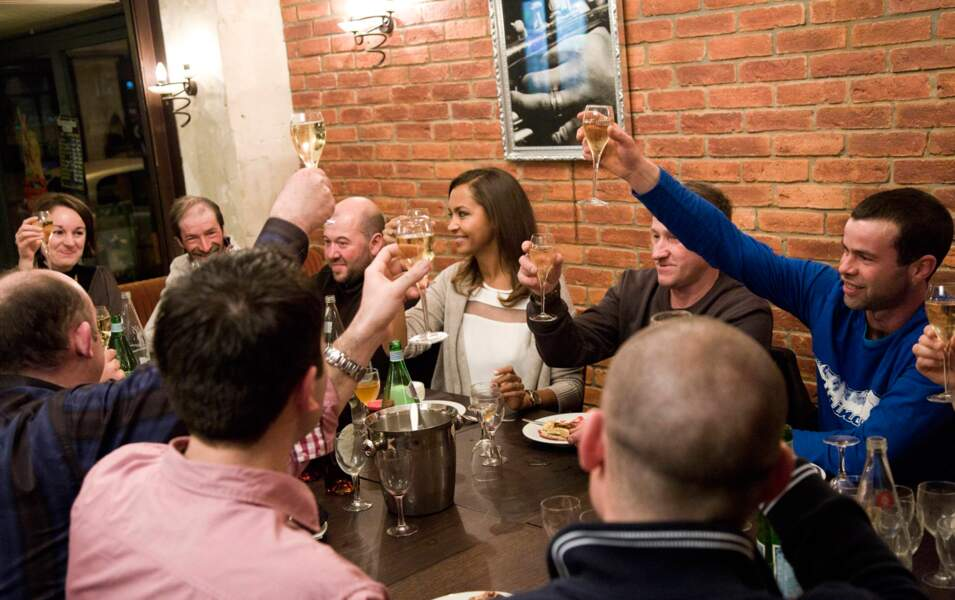 Première soirée entre les candidants : On lève les verres pour Karine !