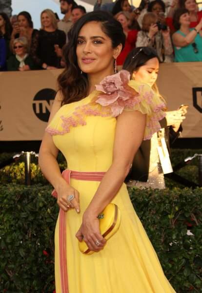 C'est parti pour la revue de looks des Screen Actors Guild Awards. Salma Hayek se tient prête dans sa robe canari