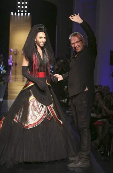 Le couturier et la chanteuse (et mannequin !) saluent les spectateurs