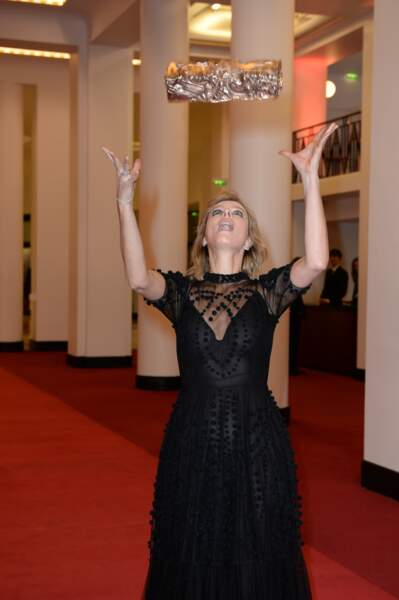 Karin Viard, aux anges, jongle avec son César, attention à la chute !