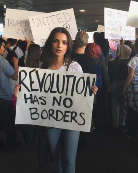 Emily Ratajkowski manifestait, comme beaucoup d'autres, contre Donald Trump.