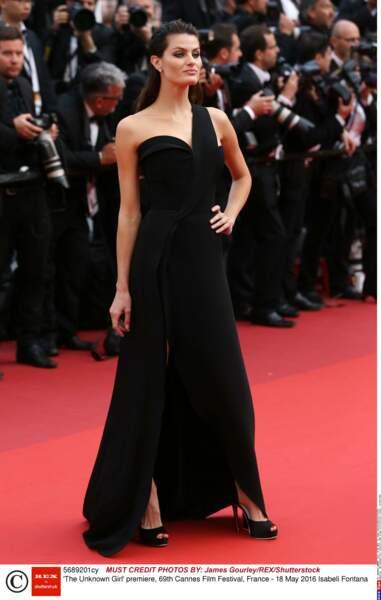 Isabeli Fontana radieuse en noir