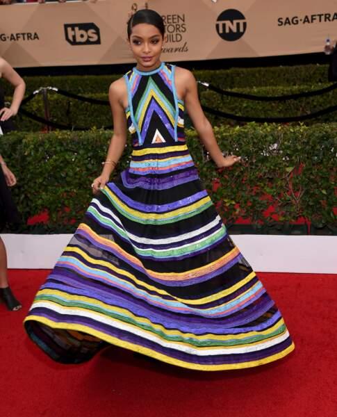 Yara Shahidi (Black-Ish) arbore une robe à perles multicolores qui lui va à merveille.