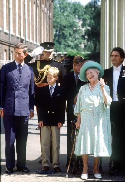 C'est avec son arrière-grand-mère, Queen Mum, qui lui a appris à prendre du thé avec un trait de brandy