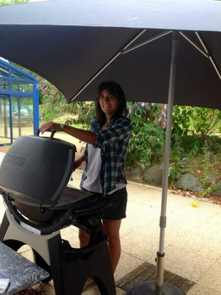 Barbecue sous la pluie pour Estelle Denis. Sympa l'été.