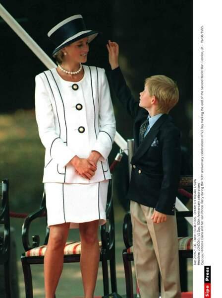 En grande conversation avec son fils le prince Harry pendant une cérémonie officielle à Londres