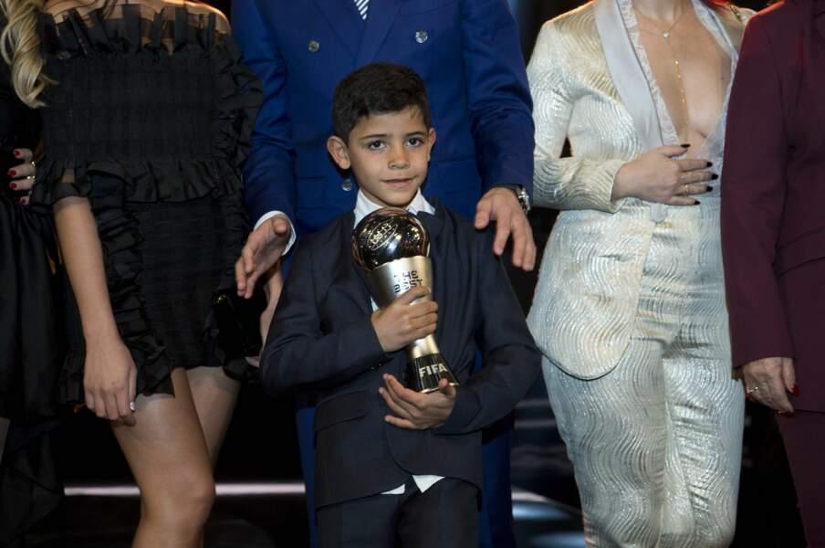 Cristiano Ronaldo Jr, six ans, n'a pas lâché le trophée de son papa