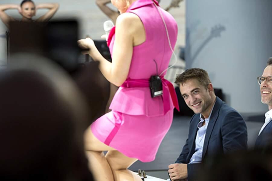 Robert Pattinson très attentif pendant la prestation de Kylie Minogue au Grand Journal