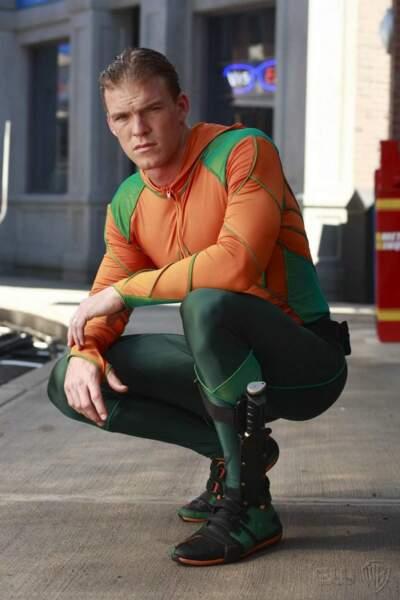 Dans Smallville, pour son passage sur Terre, finies les écailles de poisson, place à la combi de plongée !