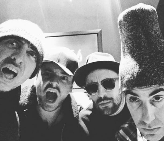 Gad Elmaleh, Kev Adams, JR et Sacha Baron Cohen faisaient un selfie chelou.