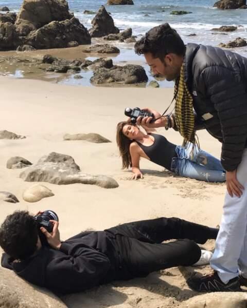 Pendant ce temps-là, un photographe souffrait sur la plage pour immortaliser Cindy Crawford.