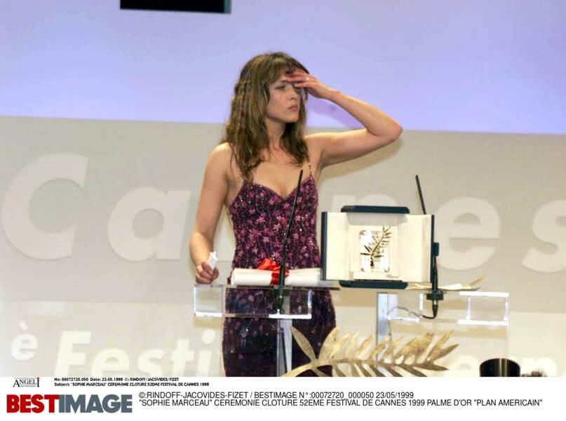 1999 :Chargée de remettre la palme d'or, Sophie Marceau s'embrouille dans un discours incohérent et se fait siffler