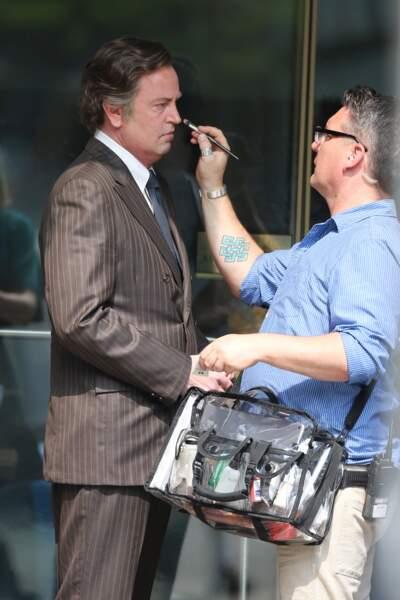Et hop ! Une petite retouche maquillage et Matthew Perry sera plus que jamais Ted Kennedy !