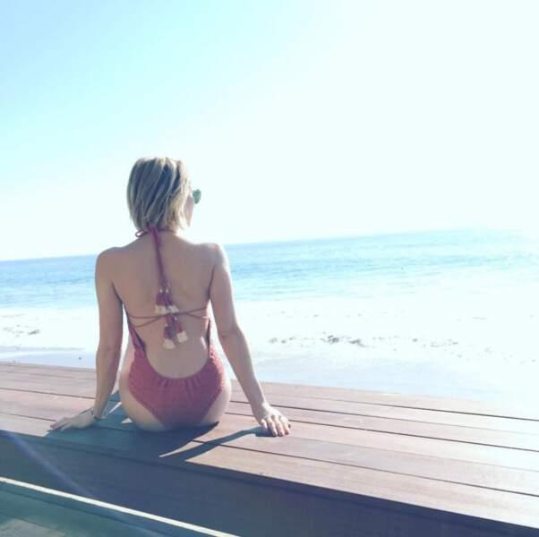 Emma Roberts contemple la vue.