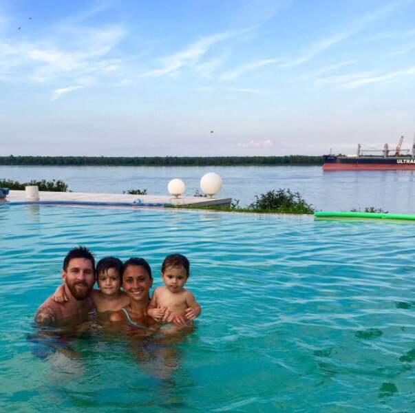 Son rival Lionel Messi s'est jeté à l'eau en famille pour 2017 !