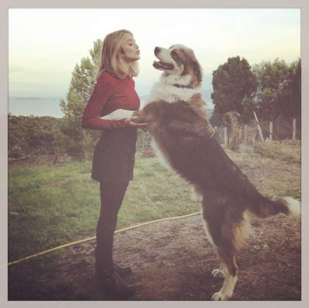 Car Alice aime vraiment (beaucoup) les animaux ! Un chien aussi grand qu'elle !