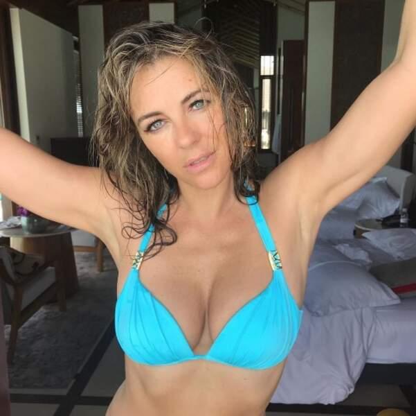 Liz Hurley aime la couleur turquoise.