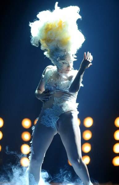 Sur scène, elle troque sa robe contre quelques pièces de dentelle ...