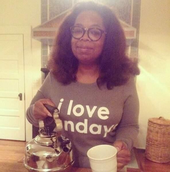 Et on finit avec Oprah Winfrey : au top, en train de se servir du thé dans sa cuisine, relax