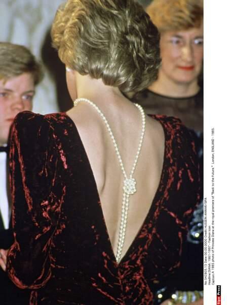 Rivière de perles et décolleté osé pour cette robe Catherine Walker en panne de velours prune