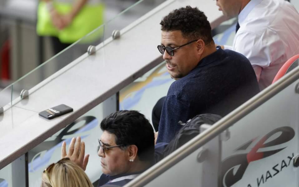 L'ancien joueur brésilien Ronaldo assiste à France - Argentine en compagnie de Diego Maradona.