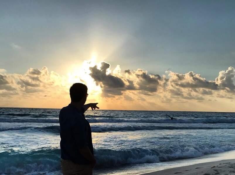 Tout en ombre, Christophe Beaugrand pose devant le majestueux coucher de soleil