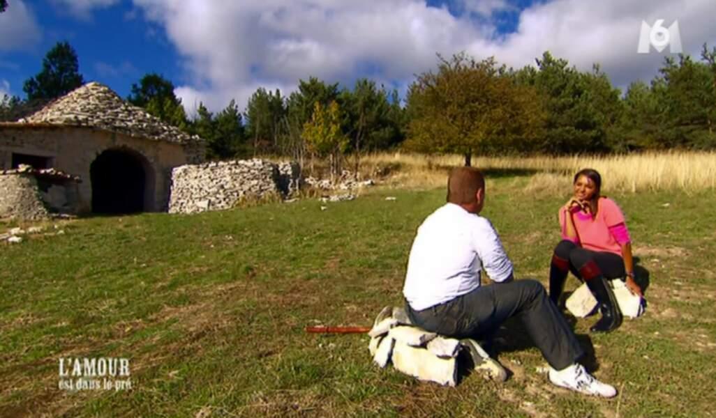 Après le rondin de bois, Karine a choisi plus confortable pour l'entretien : le tas de pierres.