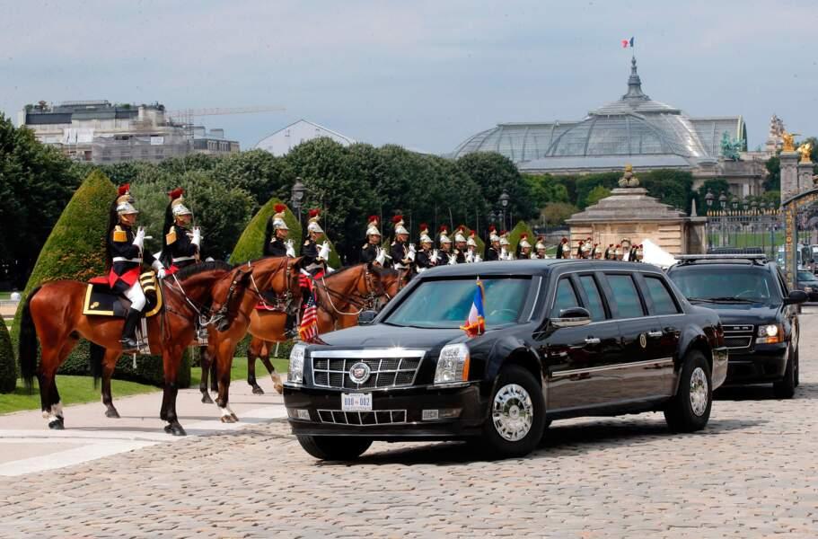 Ça y est la limousine présidentielle se présente dans la cour au son de la garde républicaine !