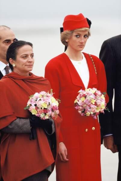 Diana époustouffante aux côtés de Mme Michel Rocard, alors Premier Ministre