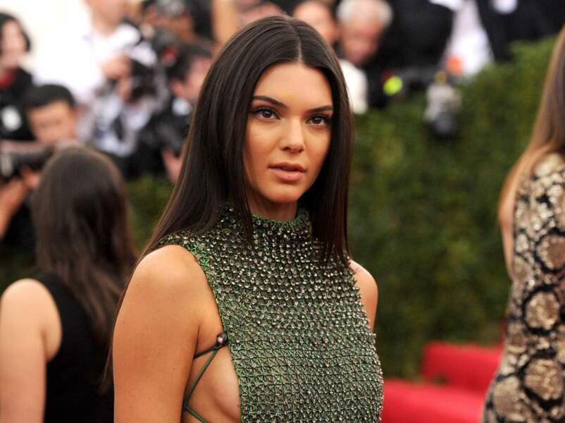 Pas besoin d'en faire trop pour Kendall Jenner, un bout de sein suffit à émoustiller les photographes