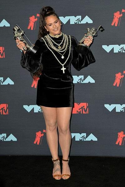 La chanteuse espagnole Rosalia a posé avec ses deux récompenses.