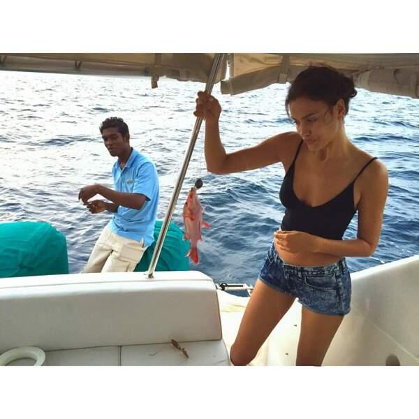 Loin des paillettes, on la retrouve en train de s'essayer à la pêche.
