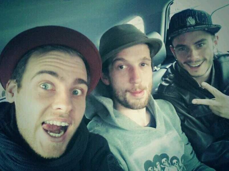On ne l'arrête plus. 5e selfie de Charlie. Cette fois avec Igit et Maximilien Philippe.