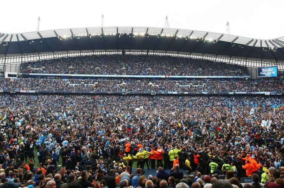 Pour fêter la victoire de Manchester City, les supporters sont venus eux aussi tâter la pelouse !