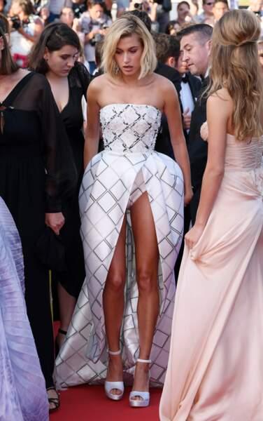Hailey Baldwin a oublié une partie de sa robe non ?