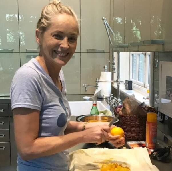 Allez, on vous laisse : Sharon Stone nous prépare une tarte aux pêches.