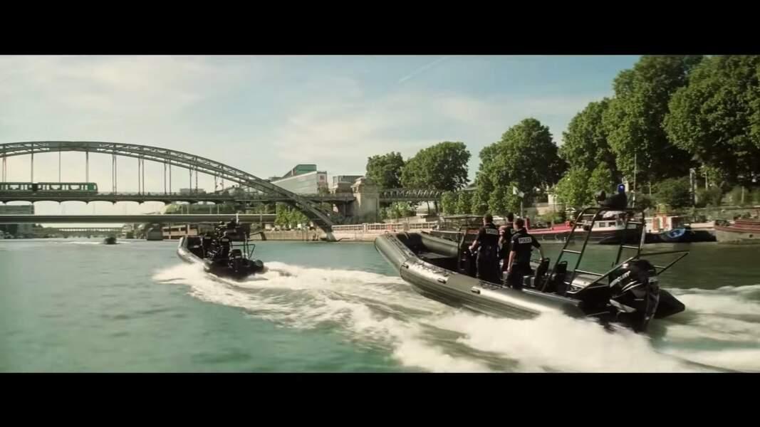 Ethan Hunt a le choix pour bouger: par terre, air et mer! Ici sur la Seine le long du Jardin des plantes.