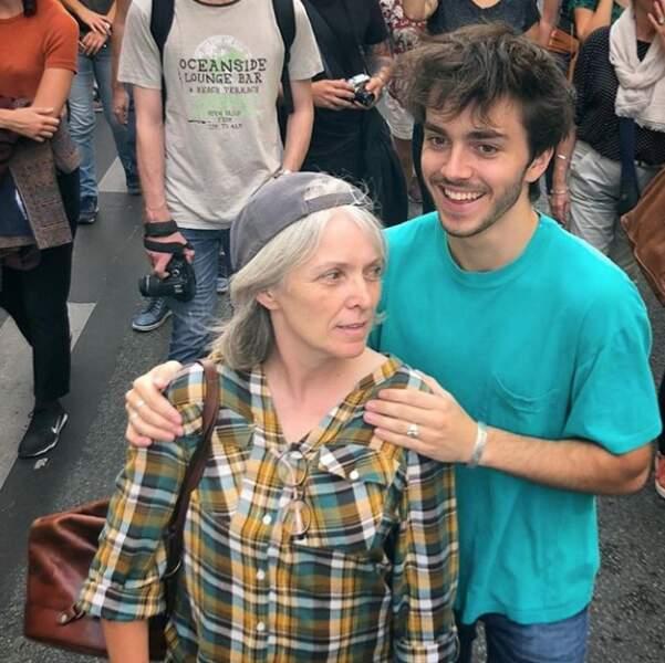 Panayotis Pascot trop chou avec sa maman à l'occasion de la marche pour le climat