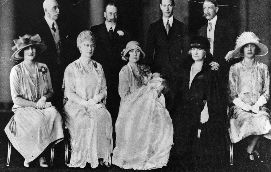 Le 29 mai, elle est baptisée en présence de ses grands-parents, le roi George et la reine Mary (à gauche d'elle)