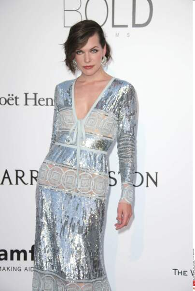 Milla Jovovich a trouvé du papier cadeau de Noël et HOP... une petite robe fashion