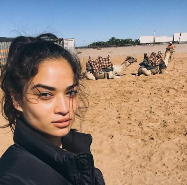 Autre salle, autre ambiance pour la top-model Shanina Shaik en Namibie.