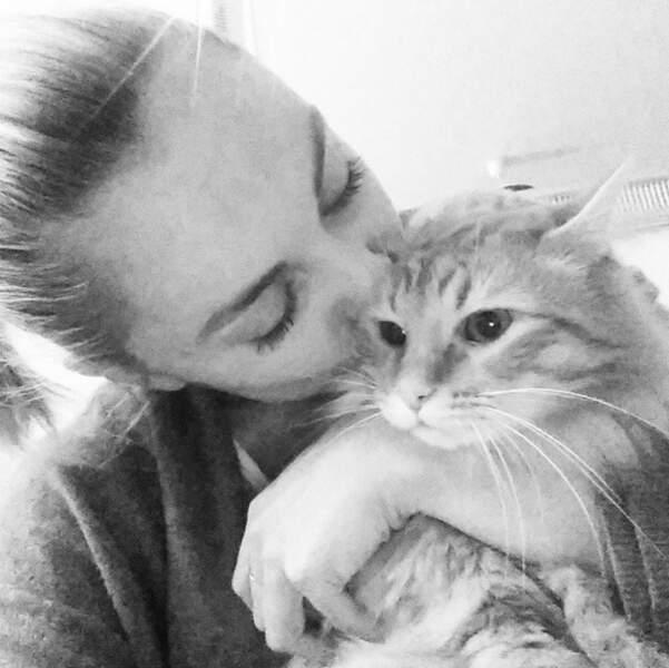 Entre Joy Esther et ses chats, c'est une belle complicité.