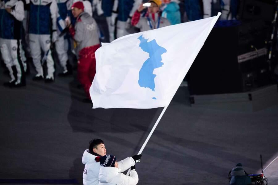 Mais l'image la plus marquante reste la réunion des deux Corées sous un même étendard