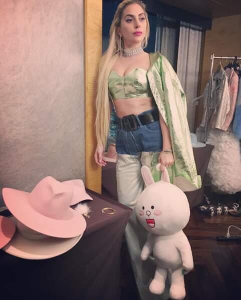 Par contre on sait qu'on n'approuve pas du tout le look de Lady Gaga, mi-Jasmine mi-cowgirl.