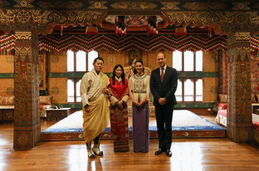"""Un moment de recueillement que les """"Kate et William de l'Himalaya"""" immortalisent avec leurs hôtes britanniques"""