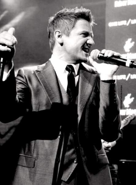 Jeremy Renner (Oeil-de-Faucon) en mode crooner