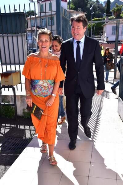 Arrivée au bureau de vote dans une jolie tunique orange.
