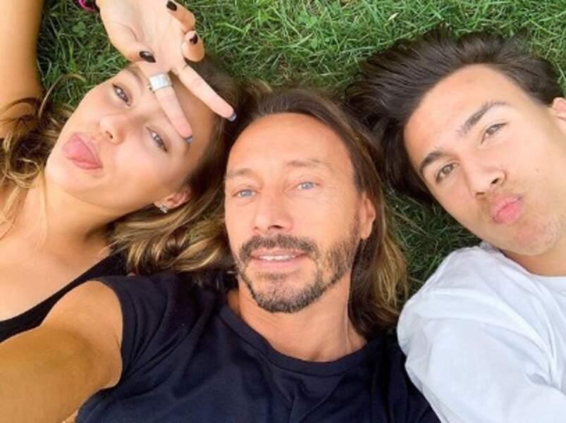 Bob Sinclar était avec ses enfants Paloma et Raphaël sur une pelouse.